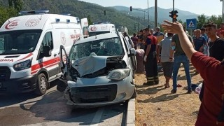 Üç aracın çarpışması sonucu 8 kişi yaralandı
